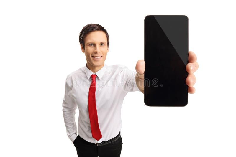Ung affärsman som visar en telefon arkivbilder