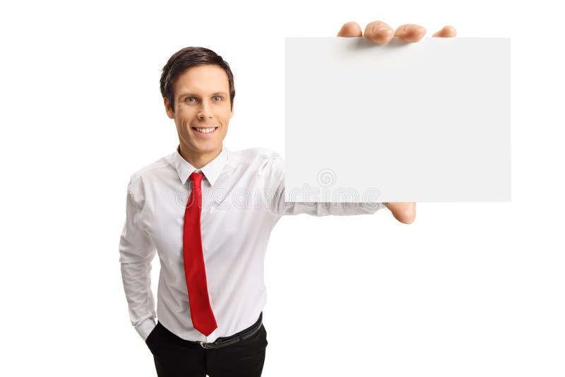 Ung affärsman som visar ett tomt kort fotografering för bildbyråer