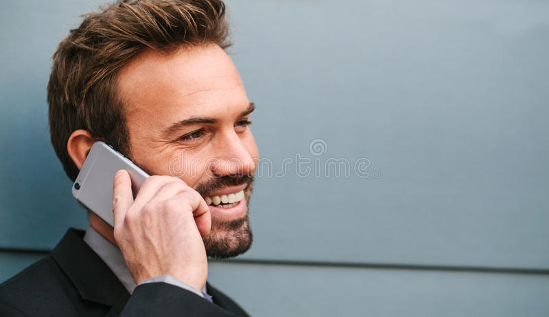 Ung affärsman Talking vid telefonen royaltyfria foton