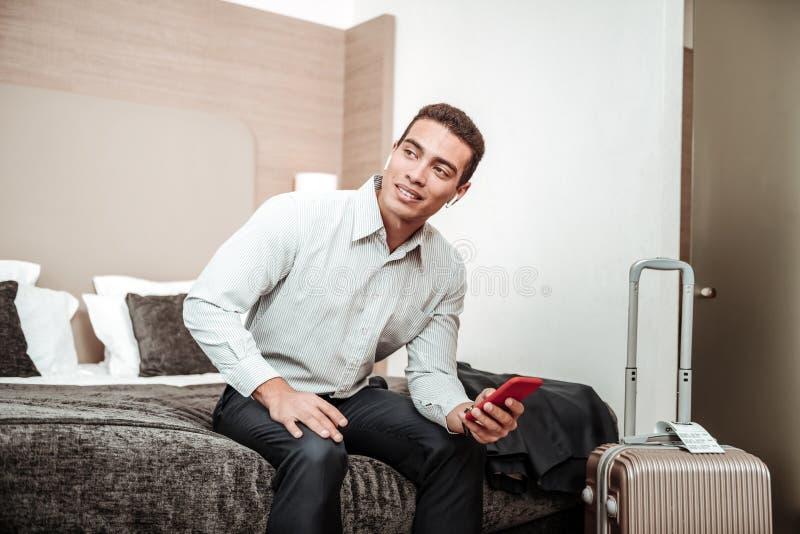 Ung affärsmankänsla som angås men upphetsas om mötet arkivbild