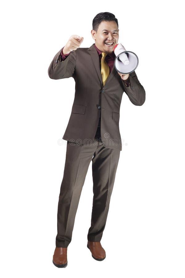 Ung affärsmanSmiling Shouting Using megafon som hyr välja dig begrepp royaltyfri fotografi