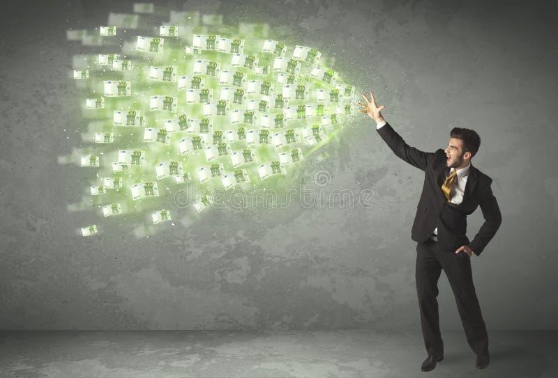 Ung affärsperson som kastar pengarbegrepp arkivfoton