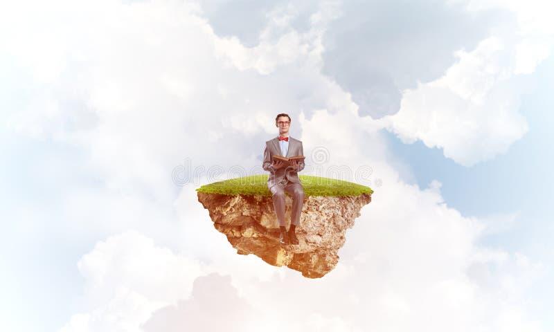 Ung aff?rsman eller student som sv?var i himmel och studerar vetenskapen royaltyfri foto