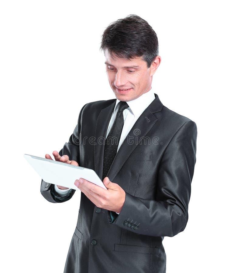 Ung aff?rsman Using Digital Tablet Isolerat p? vit royaltyfri bild