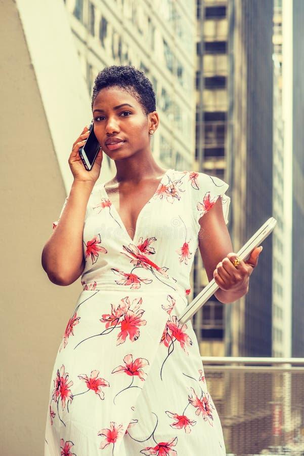 Ung afrikansk amerikanaffärskvinna som arbetar i New York arkivfoto