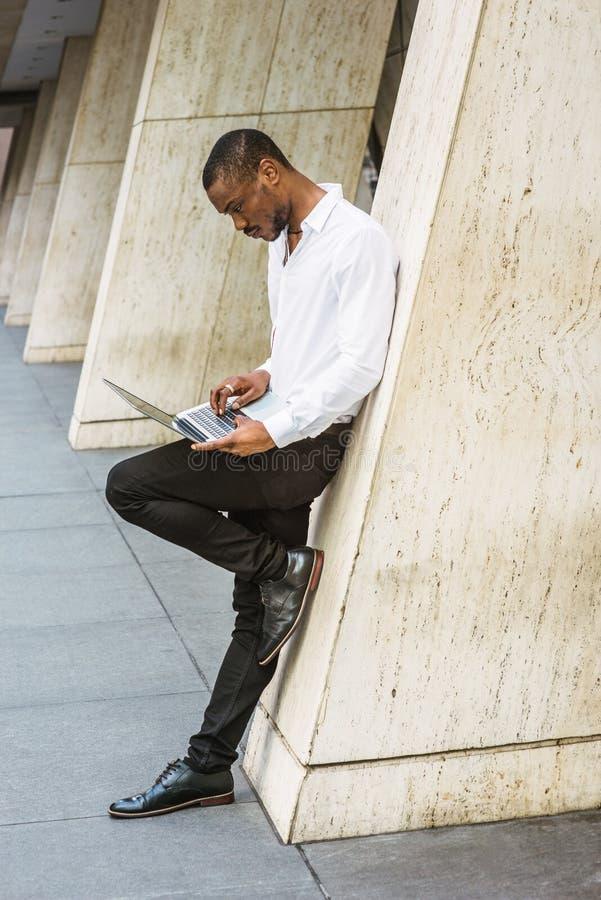 Ung afrikansk amerikanaffärsman med skägget som arbetar i nya Yor royaltyfri bild