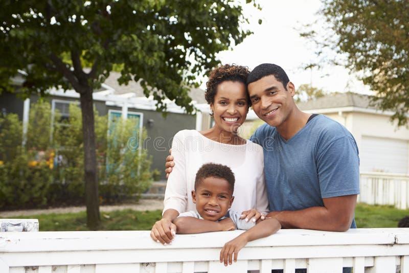 Ung afrikansk amerikanfamilj utanför deras nya hus royaltyfri fotografi
