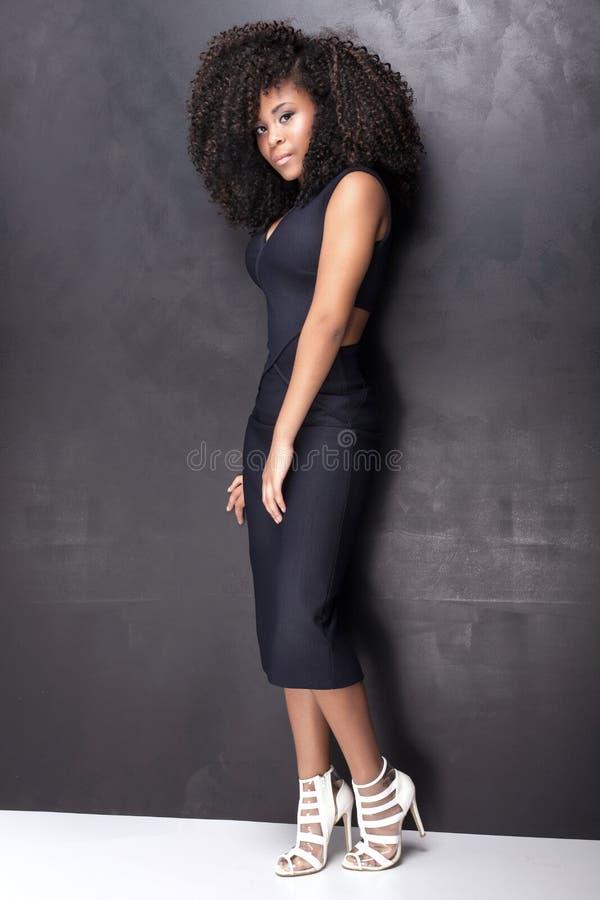 Ung afrikansk amerikanflicka som poserar i studio royaltyfri foto