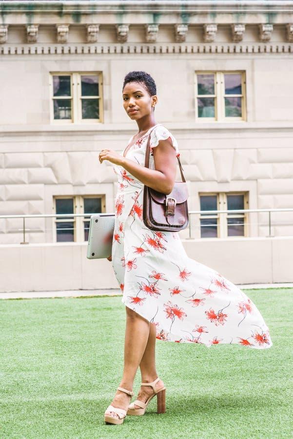 Ung afrikansk amerikanhögskolestudent i New York royaltyfri fotografi