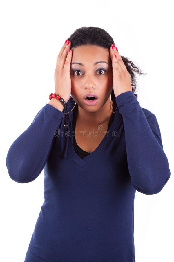 Ung afrikansk amerikankvinnaholding henne som är head arkivbild