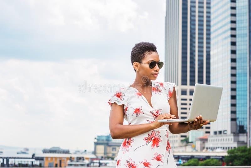 Ung afrikansk amerikankvinnaresande som arbetar i New York fotografering för bildbyråer