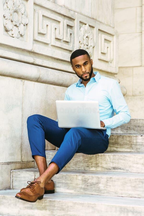 Ung afrikansk amerikanman med skägget som studerar i New York royaltyfria bilder