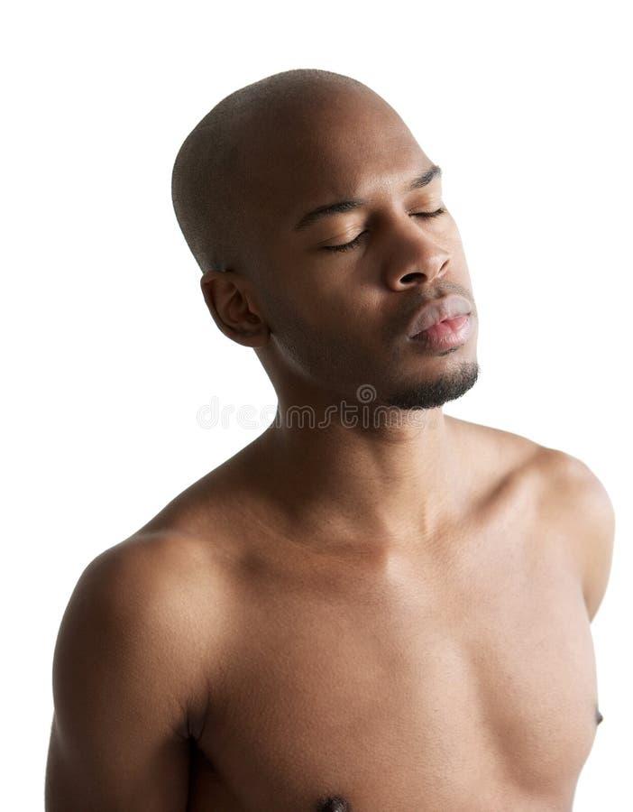 Ung afrikansk amerikanman med stängda ögon fotografering för bildbyråer
