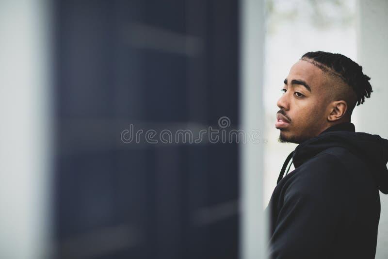 Ung afrikansk amerikanman utanför att bära en hoddie royaltyfria bilder
