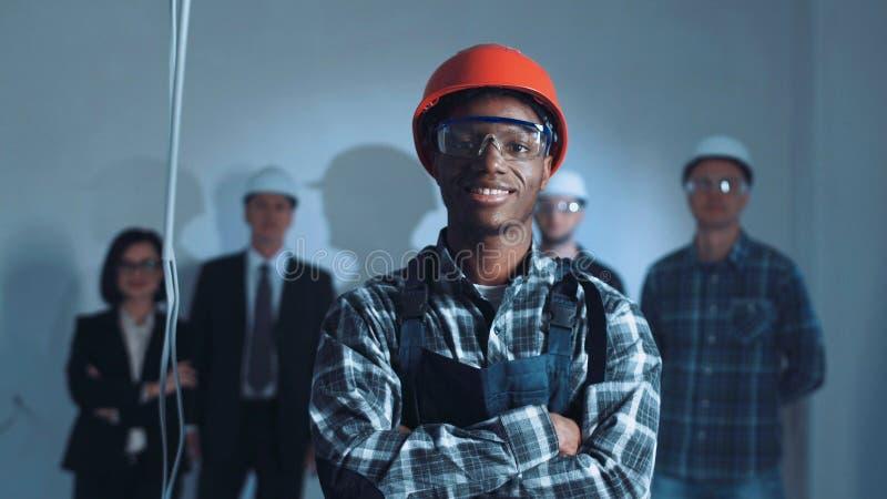 Ung afrikansk byggmästare på en plats arkivbild