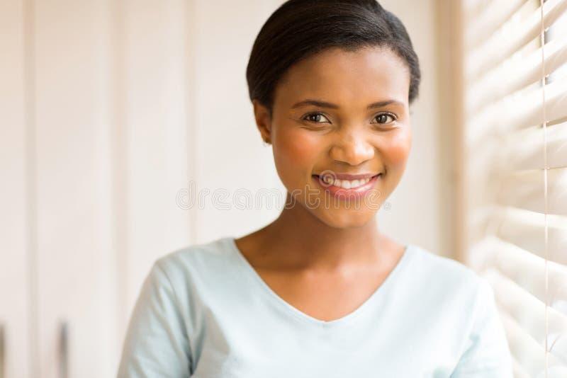 Ung afrikansk kvinna inomhus royaltyfri foto