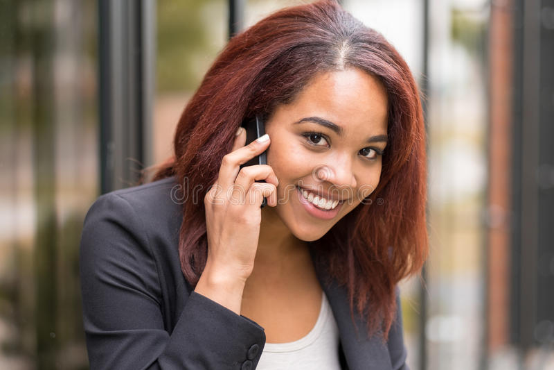 Ung Afro--amerikan affärskvinna Calling på telefonen royaltyfri fotografi