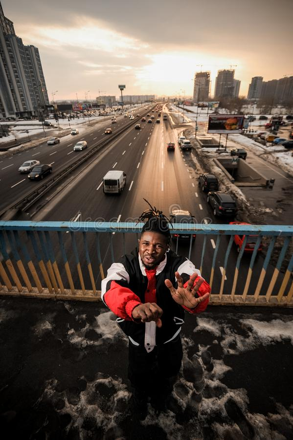 Ung afro--amerikan man som gör en gest känslomässigt på bakgrunden arkivfoto