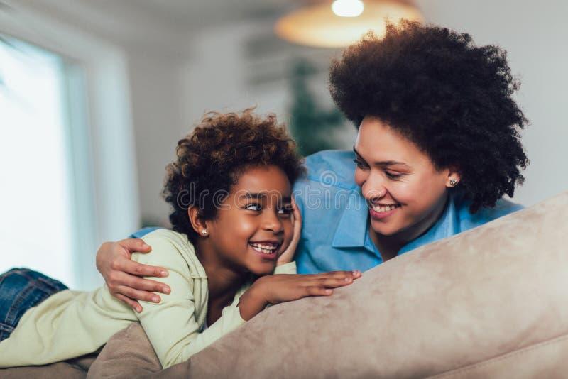 Ung afro--amerikan moder med den gulliga lilla dottern fotografering för bildbyråer