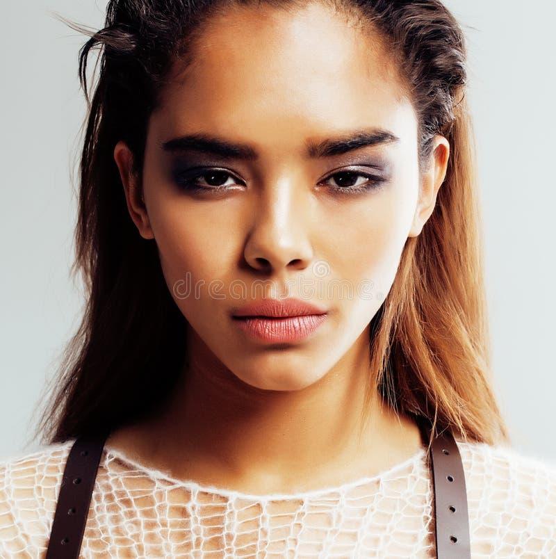 Ung afro kvinna för skönhet i tröjaslut upp, sexig vinterblick, modesminkslut upp royaltyfria foton