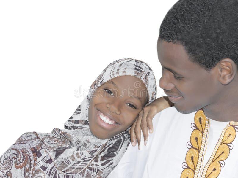 Ung afro- parvisningförälskelse och affektion som isoleras fotografering för bildbyråer
