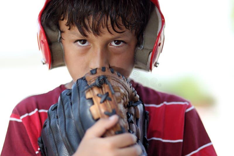 Ung allvarlig baseballpojke arkivfoto