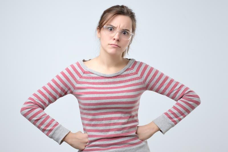 Ung allvarlig europeisk kvinnastående som ser med retning på kameran fotografering för bildbyråer