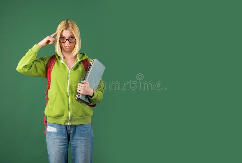 Ung allvarlig kvinnlig student som studerar i skola St?ende av den s?kra unga Caucasian l?rarinnan lyckligt barn arkivbild