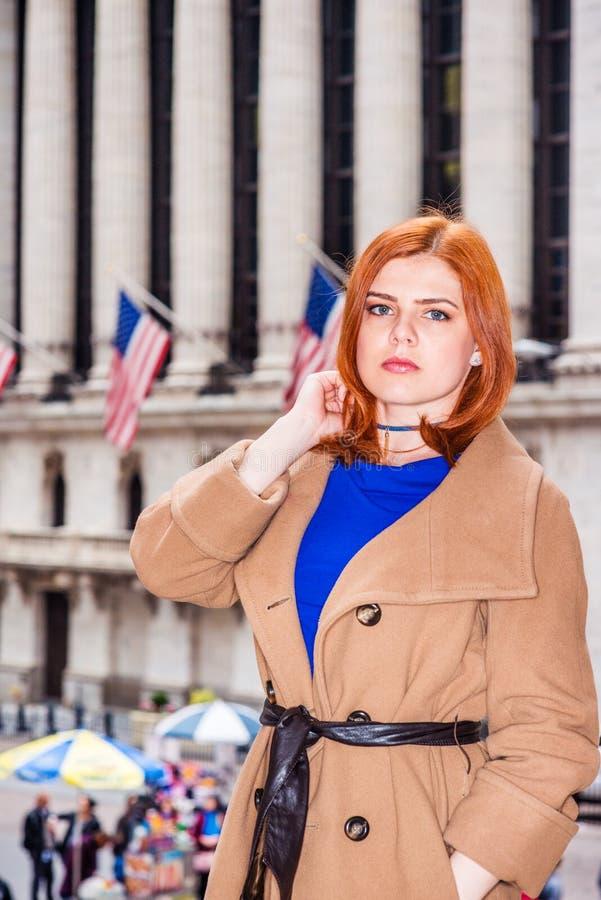 Ung amerikansk affärskvinnaresande i New York i vinter arkivbild