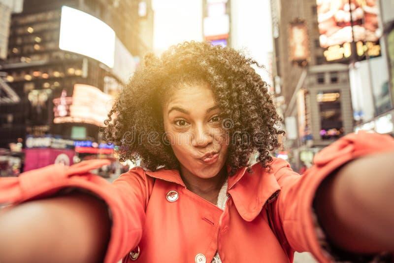 Ung amerikansk kvinna som tar selfie i New York royaltyfria bilder