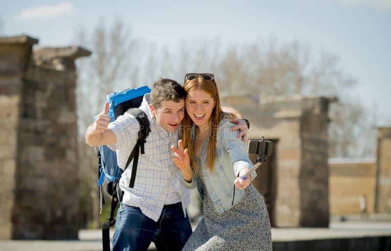 Ung amerikansk student och turist- par som besöker den egyptiska monumentet som tar selfiefotoet med pinnen royaltyfri bild