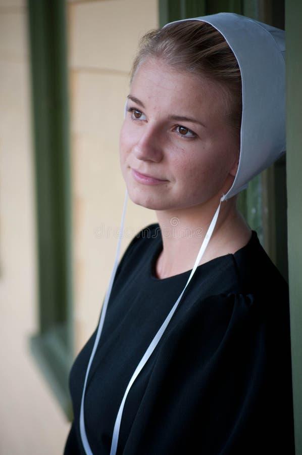 Ung Amish kvinnanärbild utanför hem royaltyfria bilder