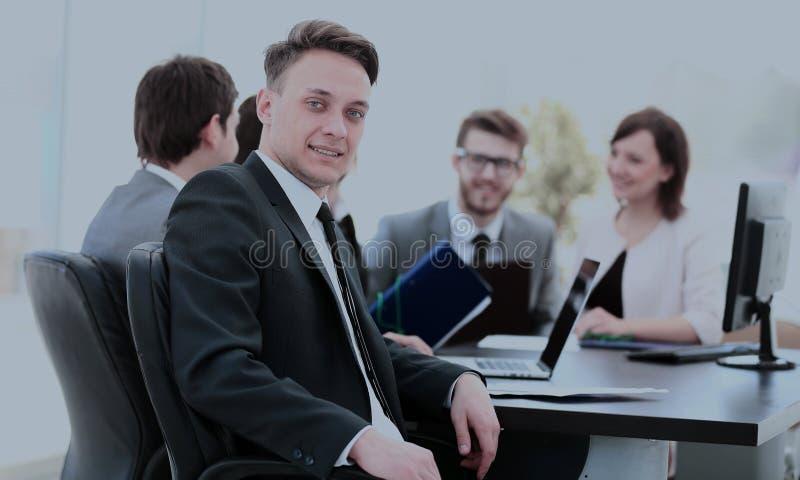 Ung anställd i arbetsplatsen och affären team i bacen arkivbild