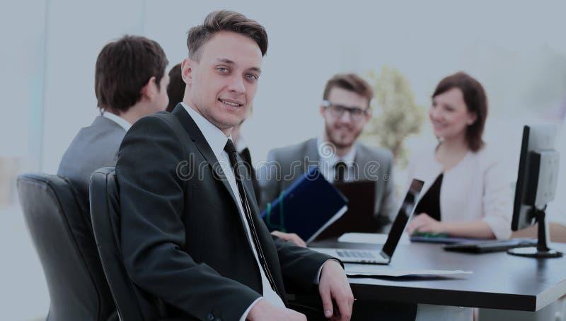 Ung anställd i arbetsplatsen och affären team i bacen royaltyfri fotografi