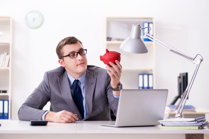 Ung anställd med piggybank i pensionbesparingbegrepp royaltyfria bilder