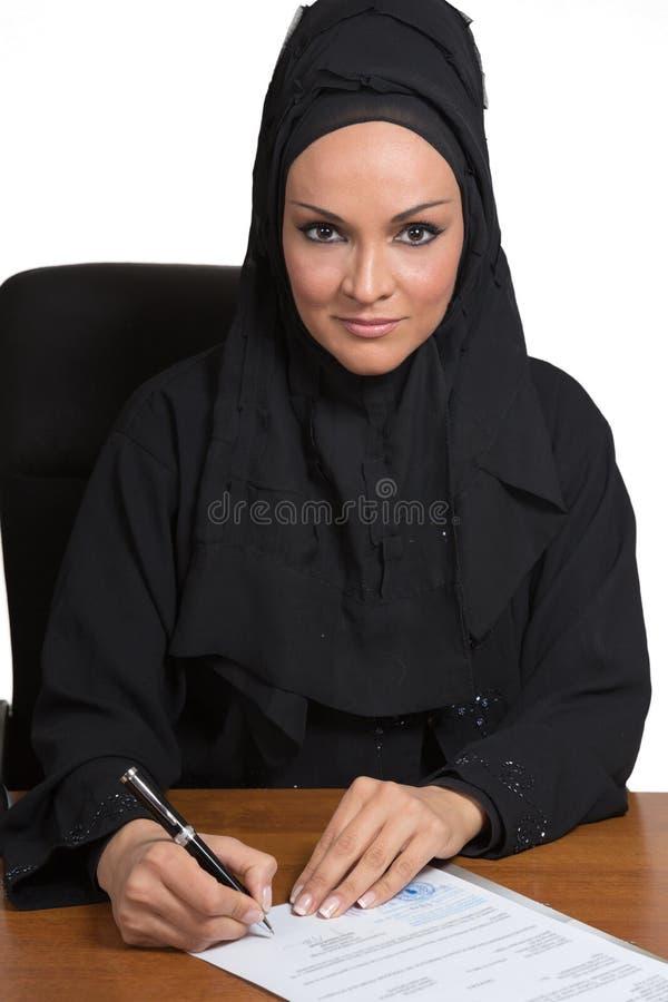 Ung arabisk affärskvinna som i regeringsställning arbetar royaltyfri foto