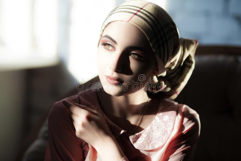 Ung arabisk flicka med orientalisk makeup i hijab arkivbilder