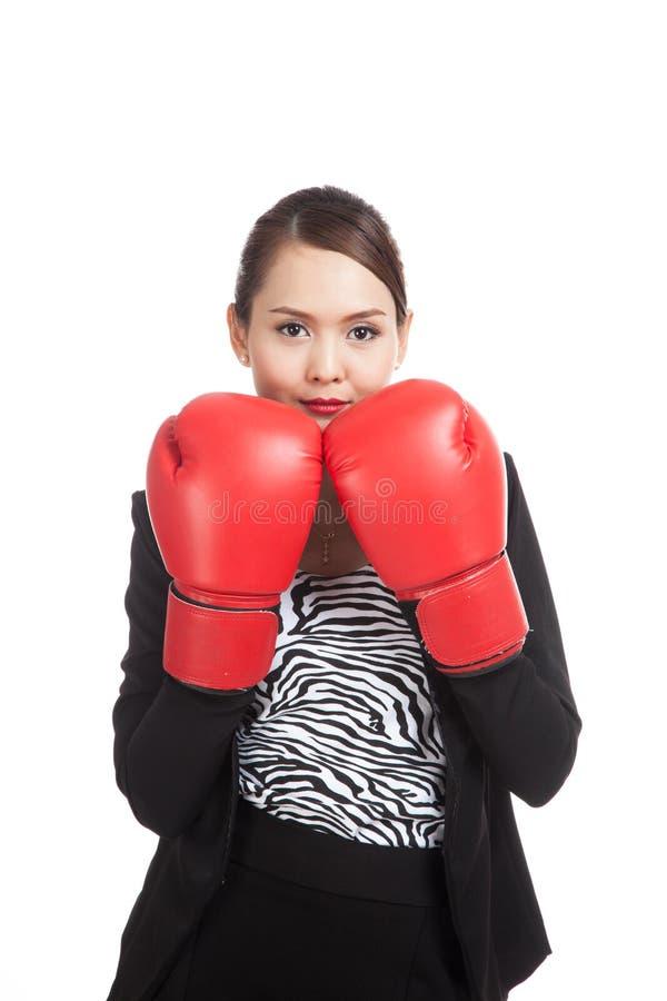 Ung asiatisk affärskvinna med röda boxninghandskar arkivfoto