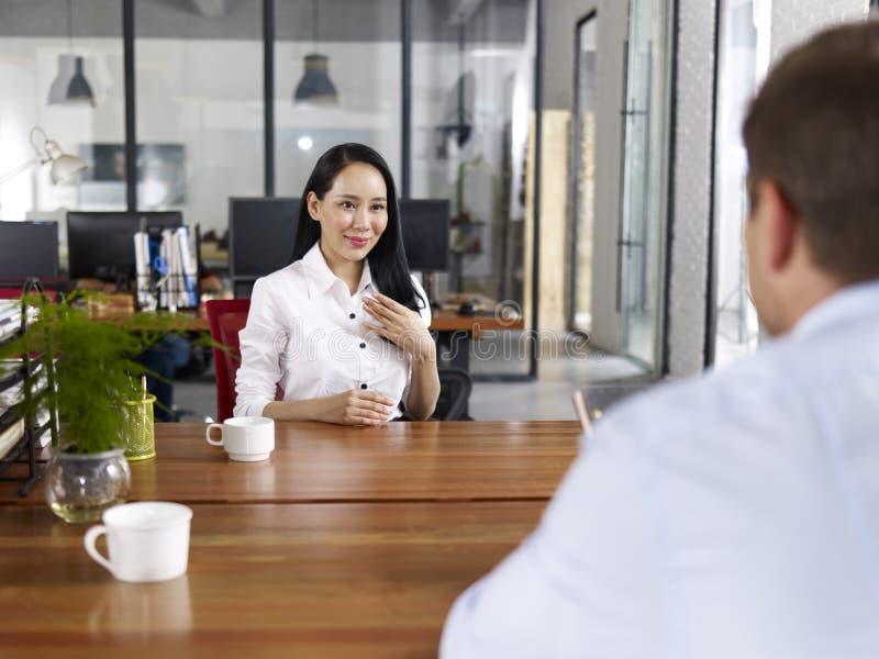 Ung asiatisk affärsledare som intervjuas fotografering för bildbyråer