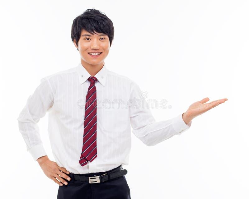 Ung asiatisk affärsmanvisning något royaltyfri bild