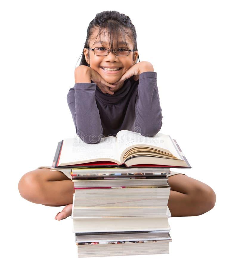 Ung asiatisk flicka med böcker V arkivfoto