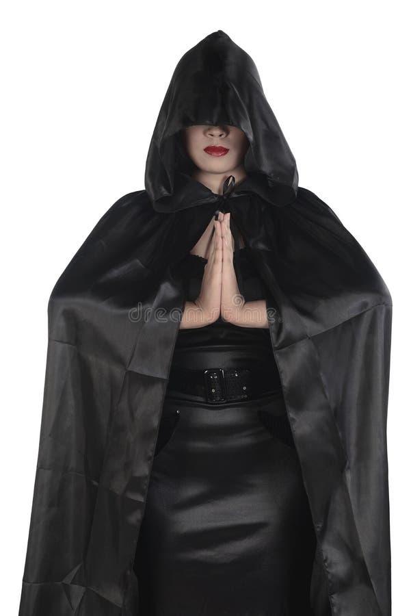 Ung asiatisk häxakvinna som bär den svarta dräkten royaltyfria foton
