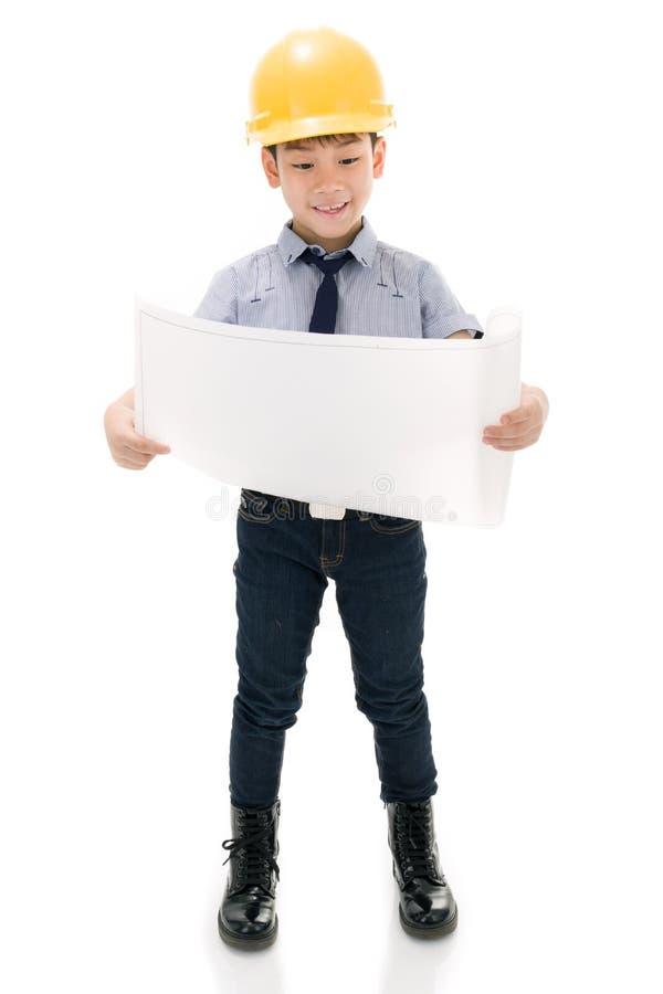 Ung asiatisk Holding för barnkonstruktionstekniker utrustning royaltyfri bild