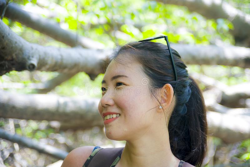 Ung asiatisk kinesisk kvinna för nätt och lycklig fotvandrare som trekking och fotvandrar utfärdtur på det tropiska berget som ty fotografering för bildbyråer
