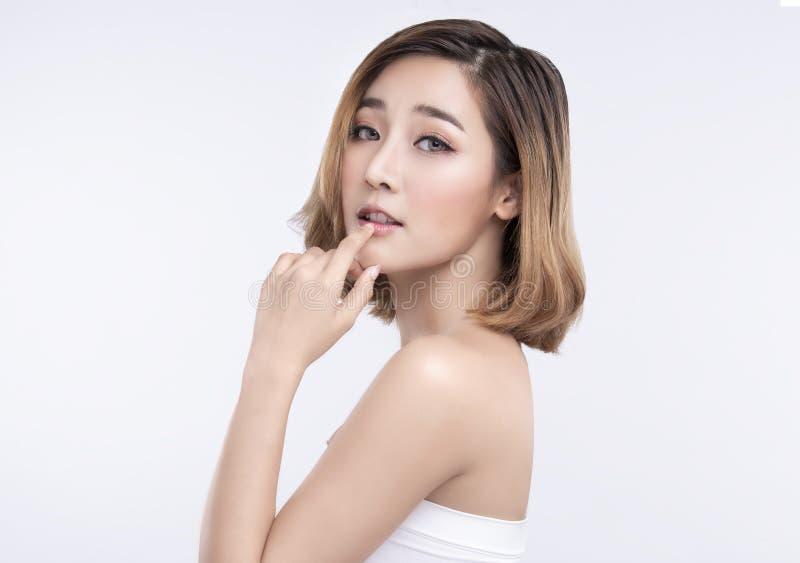 Ung asiatisk kvinna f?r sk?nhet med perfekt ansikts- hud Gester f?r annonseringbehandlingbrunnsort och cosmetology royaltyfri bild