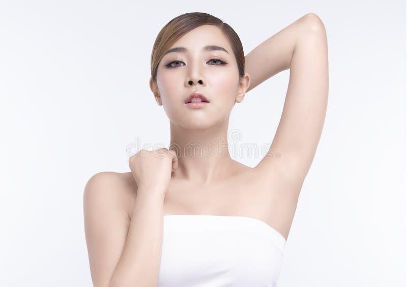Ung asiatisk kvinna f?r sk?nhet med perfekt ansikts- hud Gester f?r annonseringbehandlingbrunnsort och cosmetology arkivfoto