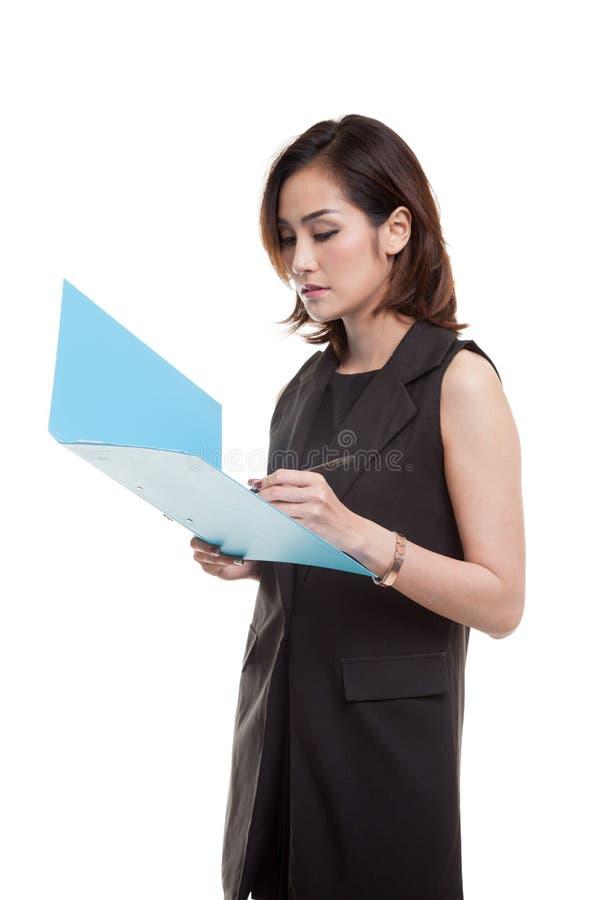 Ung asiatisk kvinna med mappen arkivfoton