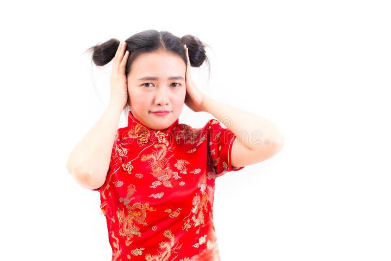 Ung asiatisk kvinna som bär kinesisk klänningcheongsam med chockat f arkivbilder