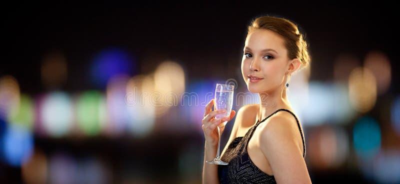 Ung asiatisk kvinna som dricker champagne på partiet arkivbild