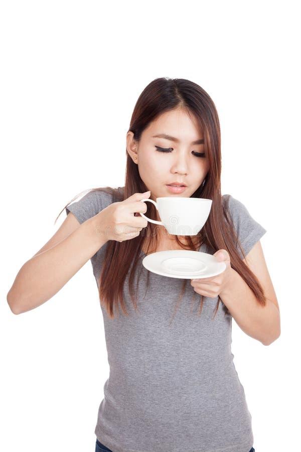 Ung asiatisk kvinna som dricker kaffe arkivfoton